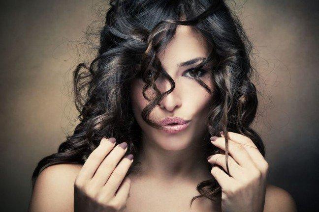 10. Szampony i odzywkiSzampony i odzywki wzmacniające włosy mogą stymulować porost włosów. Zawarte w nichskładniki, takie jak wyciąg z żeń-szenia, chinina czy czarna rzepa, pobudzają mikrokrążeniew obrębie skóry głowy. Dzięki temu zwiększa się dopływ składników odżywczych do cebulkiwłosa, a to z kolei ma wpływ na poprawę jego kondycji i pobudzenie wzrostu. Poza tym, wskładzie tego rodzaju szamponów i odżywek zawarte są również witaminy z grupy B, którebiorą czynny udział w fizjologicznych procesach odpowiedzialnych za wzrost włosów.
