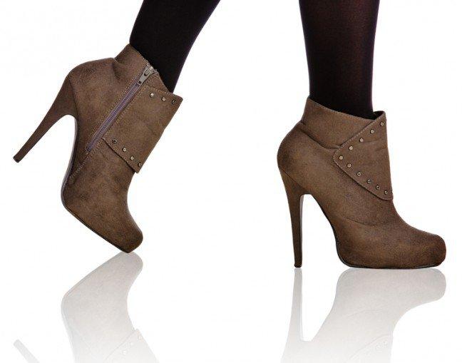 10. Wysokie obcasyBardzo wysokie obcasy mogą powodować opuchnięcia stóp, pęcherze, a nawet ból ścięgnaAchillesa. Co więcej, w trakcie ich noszenia zwiększone jest ryzyko skręcenia kostki. Z tegowzględu należy rozsądnie dobierać wysokość obcasów.