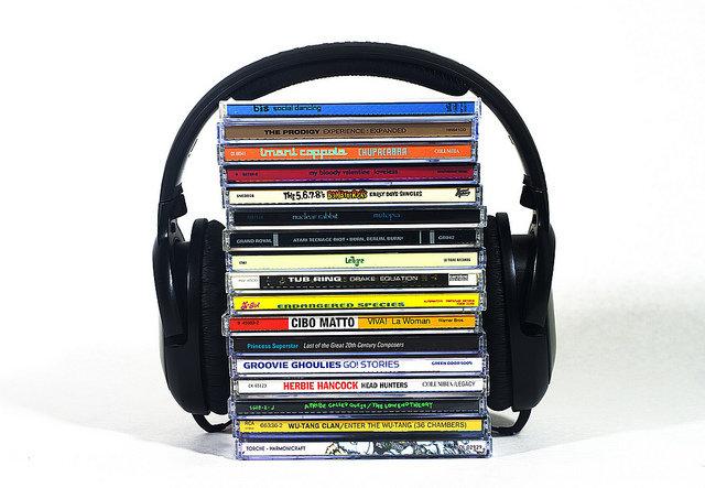 10. Słuchanie muzykiMuzyka wpływa na nastrój. Badania pokazują, że ludzie słuchający smutnej muzyki wyobrażają sobie smutne twarze, a osoby słuchające wesołej muzyki – wesołe. Włącz więc radosną muzykę, a poczujesz się znacznie lepiej!