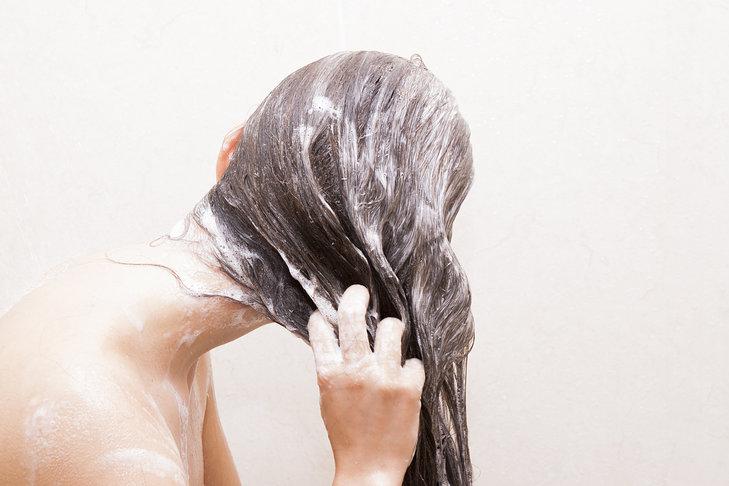 W przypadku nakładaniu odżywki na długie włosy warto zwrócić szczególną uwagę na końcówki
