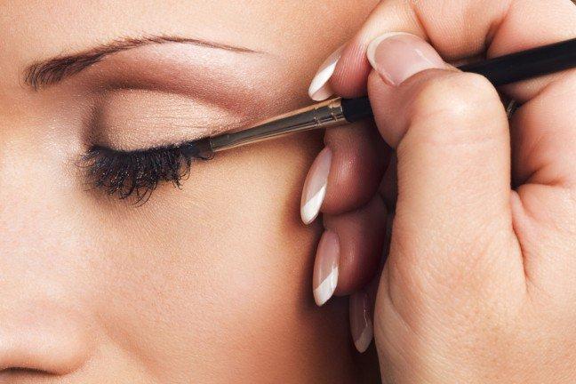 10. Stosowanie eyelineraKreska wykonana na powiece przy użyciu eyelinera może nadać spojrzeniu niezwykleintrygujący wygląd. Jednak technika użycia tego produktu wcale nie jest taka prosta. Dowiedzsię, w jaki sposób można wykorzystać eyeliner do makijażu oczu.