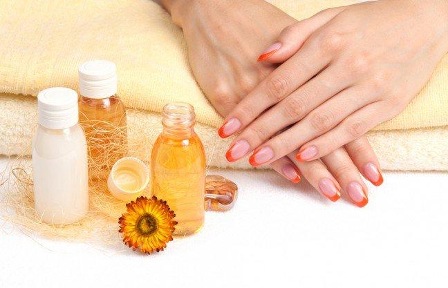 10. Nawilżanie paznokciAby nawilżyć paznokcie, należy wmasowywać małą ilość wazeliny w skórki i otaczającą skórę co wieczór przed pójściem spać. Jeślinie przepadasz za wazeliną, używaj oleju rycynowego zawierającego dużo witaminy E, która ma cudowny wpływ na skórkipaznokci. W tej roli sprawdza się też oliwa z oliwek – nawilża i wzmacnia paznokcie.