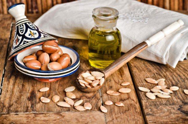 10. Skąd bierze się olej arganowy?Olej arganowy jest pozyskiwany z orzechów drzewa arganowca, które są dostępne jedyniew Maroku. Czas potrzebny do wytłoczenia 1 litra wynosi ok. 3 dni. To międzyinnymi z tego względu olej arganowy jest produktem niezwykle cennym.