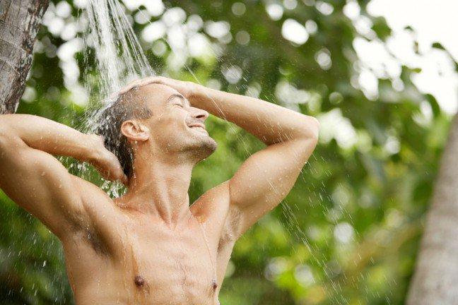 10. Letni prysznic, nie gorący                                                     10. Letni prysznic, nie gorący                                                                                                             W chłodne poranki nie ma nic lepszego jak gorący prysznic. Jednak obniżenie temperatury wody nawet odrobinęuchroni skórę przed wysuszeniem, łuszczeniem i swędzeniem. Im bardziej gorąca woda (i im dłuższy prysznic), tymbardziej naturalny łój w skórze zostaje usunięty. Jeżeli bardzo lubisz gorące prysznice, kąp się przez mniej niż 5 minut.