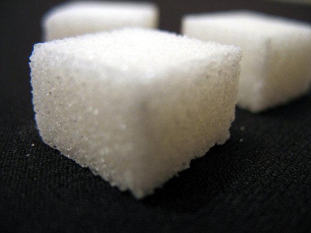 11. CukierWszyscy wiemy, że cukier jest niezdrowy i powoduje przybieranie na wadze. Jednak pozbycie się go z filiżanki herbatyto za mało. Istnieje wiele produktów, które zawierają cukier w innej postaci. Oto 9 produktów, których należy unikać.
