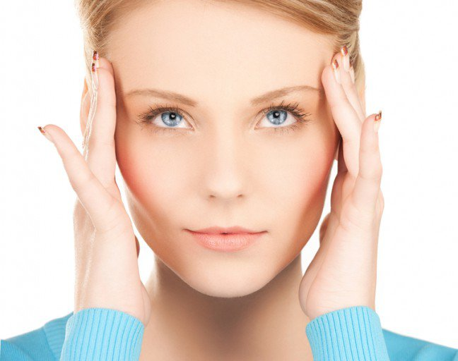 9. Fakty i mity dotyczące migrenyJest wiele mitów i nieprawdziwych opinii, krążących na temat migrenowych bóli głowy. Trudno jestwytłumaczyć tym, którzy nigdy nie doświadczyli ataku silnego i pulsującego bólu głowy to, że cierpiszna migrenę. Jednak wiedza na temat tej choroby pozwala obalić nieprawdziwe opinie i udowodnić, żeból migrenowy jest w mózgu, a nie w umyśle.