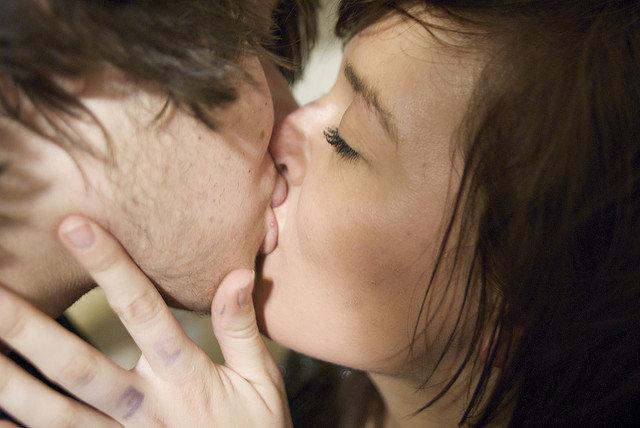 8. Całowanie zapobiega ubytkomKto by się domyślał, że wymiana śliny ma podobne działanie jak płyn do płukania zębów? Według ekspertów, ślinapomaga budować szkliwo, a jej dostatek podczas francuskiego pocałunku pozbywa się bakterii z zębów, co z koleiwpływa na rozkładanie kamienia nazębnego.