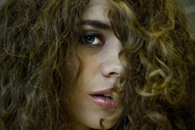 9. Kręcone włosy potrzebują odpowiedniej pielęgnacjiJeśli masz falowane lub kręcone włosy, zdajesz sobie sprawę z tego, ile pracy trzeba włożyć w to, aby loki były lśniące isprężyste. Należy je odżywiać, nawilżać i używać odpowiednich kosmetyków, aby zachowały sprężystość. A co dziejesię, kiedy pada deszcz lub jest duszno? Lepiej nie mówić... Jednak nawet jeśli masz problemy z niesfornymi lokami, niemartw się. Zebraliśmy dla ciebie najlepsze narzędzia i produkty do pielęgnacji w jednym miejscu.