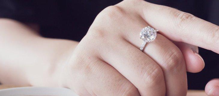 Pierścionek zaręczynowy zachwyca blaskiem