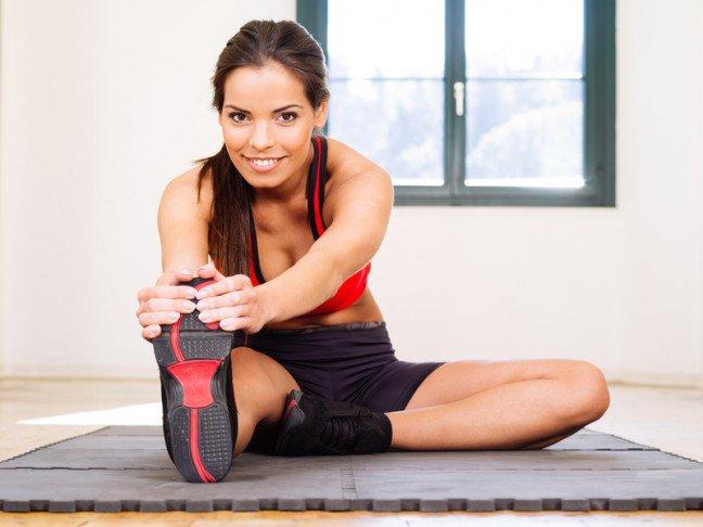 7. Łagodne rozciąganieSpięte mięśnie na początku są obolałe, ale łagodne rozciąganie rozluźni je, a reszta dnia stanie się bardziej komfortowa.Poza tym dzięki rozciąganiu zapobiegasz możliwym naciągnięciom mięśni.