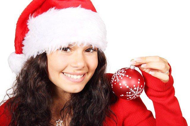 9. Święta, święta i po świętach                                                     9. Święta, święta i po świętach                                                                                                             Nałożenie się sezonów grypy i przeziębienia z sezonem świątecznym może sprawiać trudności w zachowaniu zdrowia,szczególnie że w święta spotykamy się z rodziną i przyjaciółmi oraz chodzimy na imprezy (nie chcesz chyba chorowaćw sylwestra?). Szczepionka jest w tej sytuacji ważna, ale inne środki zapobiegawcze również zmniejszą ryzykozachorowania i rozprzestrzeniania się choroby. Oto nasze porady.