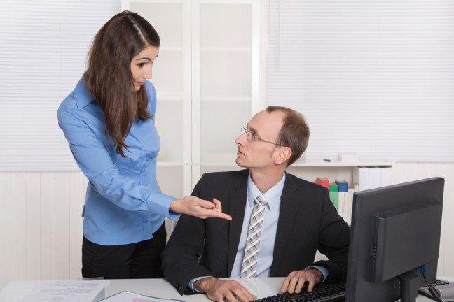 7. Krytyka a mobilizacja do działaniaOstatnia rzecz, która motywuje nas do pracy, to krytyka ze strony szefa czy współpracownika. W rzeczywistości jednak gorzkie słowa nie zawsze są takie złe i niekiedy mobilizują nas do dalszej pracy. Ważne jest tylko to, aby w odpowiedni sposób radzić sobie z krytyką w pracy. Zastanawiasz się jak?