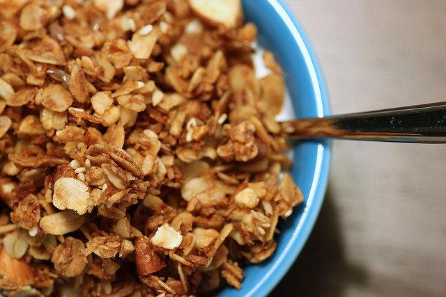 10. GranolaGranolą nazywamy mieszankę płatków zbożowych, orzechów i owoców suszonych, która jestupieczona do chrupkości. Warto jednak wiedzieć, że do tego produktu dodawany jest cukierlub syrop-glukozowo fruktozowy, a także masło.