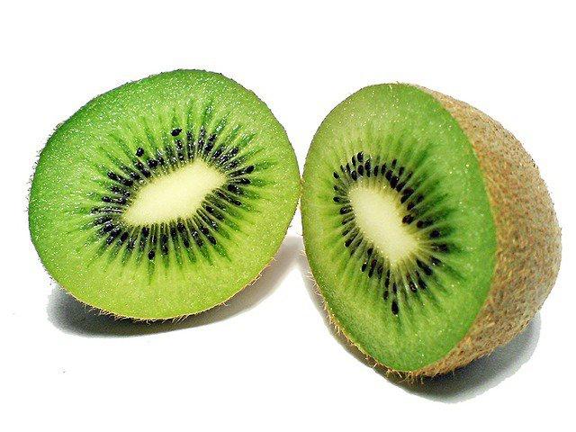 10. Owoc kiwiKiwi ma bardzo ciekawy wygląd i dodatkowo cechuje go niepowtarzalny i mocnoorzeźwiający smak. Stanowi doskonały dodatek do sałatek owocowych, muesli czykoktajli. Regularne spożywanie tego owocu niesie wiele korzyści dla zdrowia człowieka.Zastanawiasz się jakich?