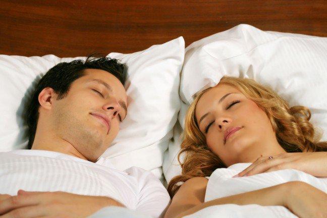 9. Późna pobudka w weekend                                                     9. Późna pobudka w weekend                                                                                                             Wszyscy znamy pokusę spędzenia dodatkowego czasu w łóżku w sobotnie i niedzielne poranki, jednak ekspercitwierdzą, że spanie do późna w weekend (jak również późne chodzenie spać) jest złym pomysłem – i to z powodówinnych niż produktywność. Może to wpłynąć tak drastycznie na rytm biologiczny, że organizm odbierze to podobniejak podróż do innej strefy czasowej. W związku z tym, zaśnięcie w niedzielę nie będzie łatwe.