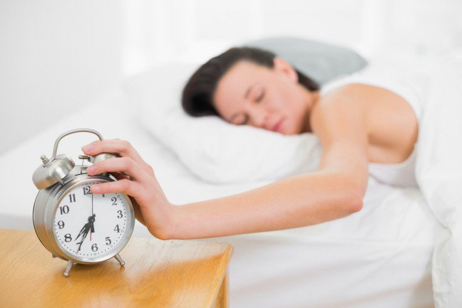 10. Nieprzyjemna pobudka?Dla większości z nas pobudki o wczesnym poranku nie należą do zbyt przyjemnych. Czywiedziałaś, że istnieją czynności, które skutecznie pobudzą twój organizm bezpośredniopo przebudzeniu? Dzięki nim będziesz mogła szybko wstać z łóżka i zająć się swoimiobowiązkami.