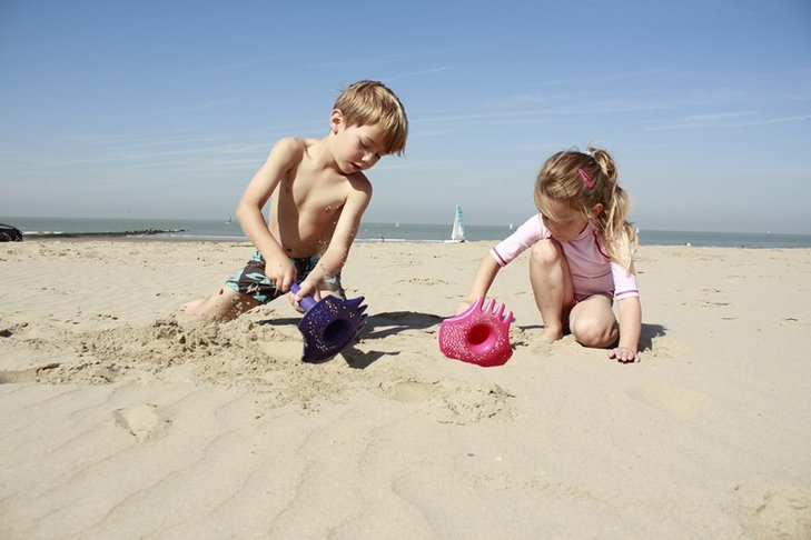 Łopatka wielofunkcyjna Quut Triplet Calypso Pink (34 zł), idealna do zabawy w piaskownicy, ogrodzie i na plaży.