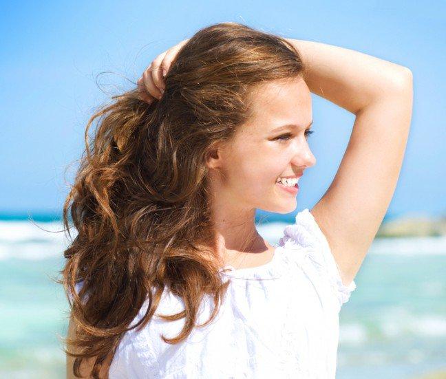 10. Niekorzystne dla włosów czynniki zewnętrzneLatem włosy są nieustannie poddawane niekorzystnemu działaniu promieniowaniasłonecznego oraz chlorowanej wody. To z kolei sprawia, że tracą one swój blask i stają sięszorstkie w dotyku. Możesz poprawić kondycję włosów za pomocą naturalnych olejów.Zastanawiasz się, jakich?