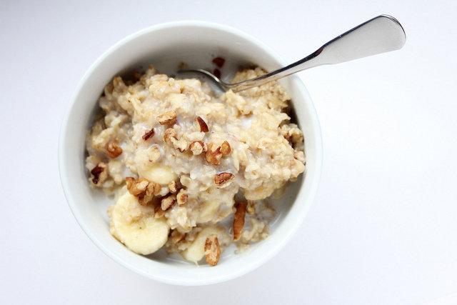 10. Produkty zbożowe na początek dniaPolacy nie jedzą wystarczająco dużo błonnika. Przeciętnie dostarczamy go o połowę mniej niż powinniśmy, a jest to składnik, który zmniejsza cholesterol, zapobiega zaparciom i pomaga w trawieniu. Większość produktów zbożowych jest doskonałym źródłem błonnika. Najlepsze na śniadanie będą płatki zbożowe lub owsianka. Dziennie kobiety powinny dostarczać 25 gramów błonnika, a mężczyźni 38 gramów.