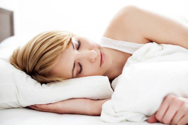 10. Zadbaj o odpowiednią ilość snuSen jest niezbędny dla prawidłowego funkcjonowania każdego żywego organizmu. W czasie jego trwania, odnowie ulegają uszkodzenia powstające w obrębie mózgu za dnia. Co więcej, podczas snu regenerują się układy: immunologiczny, nerwowy oraz mięśniowy. Warto również wiedzieć, że niedostateczna ilość snu w ciągu nocy może znacząco zaburzyć koncentrację. Z tego względu warto zadbać o co najmniej 7-8 godzin snu na dobę.