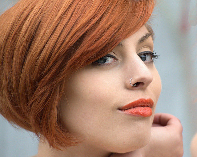10. Lakier do włosówW Internecie krążą informacje, że za pomocą lakieru do włosów można utrwalić makijaż. Wrzeczywistości produkt ten nie nadaje się do stosowania w obrębie skóry. Zawarty w jego składziealkohol może wysuszyć skórę, a nawet spowodować jej podrażnienie.