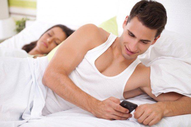 9. Dlaczego mężczyźni zdradzają?Większość mężczyzn nie zdradza z powodu tego, że ich miłość wygasła. Często chodzi o zróżnicowanie życia seksualnego, niekiedy o nudę, o pragnienie wolności lub zmęczenie ciągłym zawodzeniem partnerki. Sprawdź, jak sprawić, by mężczyzna nie zdradzał.