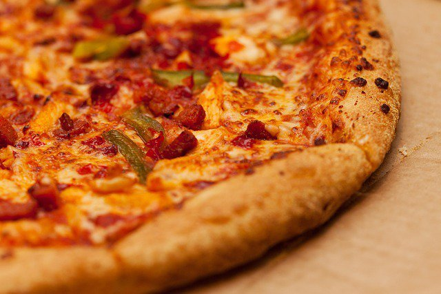 10. Czy pizza może być zdrowa?Tradycyjna pizza to niestety danie wysokokaloryczne, które ze względu na dużą zawartośćsera oraz tłustych dodatków nie sprzyja naszemu zdrowiu. Można jednak samodzielnieprzyrządzić zdrowszą wersję pizzy. Zastanawiasz się jak?