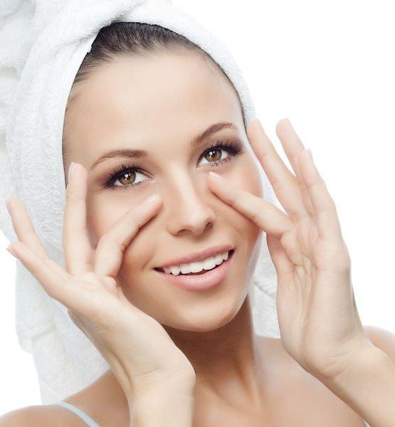 10. Masaż twarzyMasaż twarzy poprawia krążenie krwi i pomaga złagodzić ból. Przy użyciu palców wskazujących uciskaj zewnętrzne krawędzie nozdrzy u podstawy nosa przez około 30 sekund. Powtórz czynność 3-4 razy.