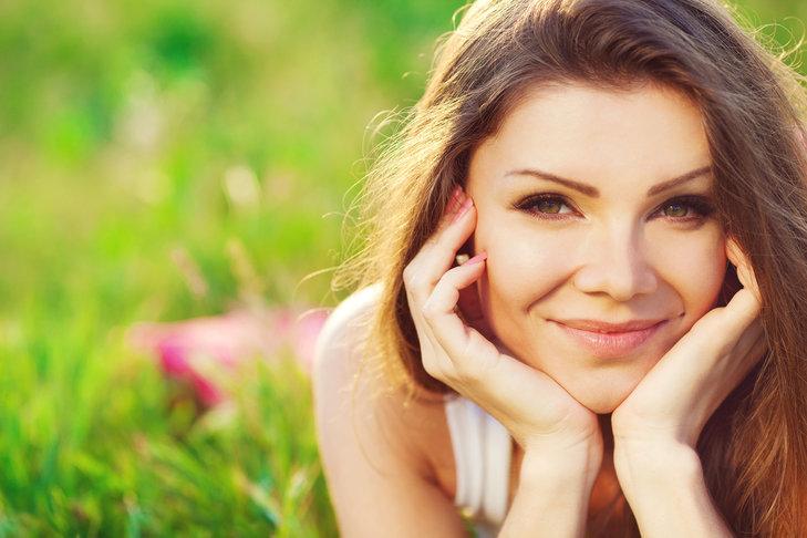 Zdjęcie kobiety na łące / Shutterstock