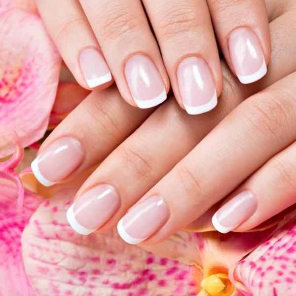 10. Zadbane paznokcieWiększość kobiet z niezwykłą starannością podchodzi do pielęgnacji i zdobienia paznokci.W końcu dłonie to jeden z atrybutów piękna. Na podstawie ich wyglądu można sporopowiedzieć o kobiecie.