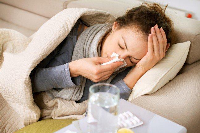 9. Co robić, kiedy alergia atakuje?Kichasz, kaszlesz, a swędzące oczy doprowadzają cię do szału? Odczuwasz zmęczenie i przygnębienie, ale niemasz grypy czy przeziębienia tylko doskwiera ci alergia. Czy pomoże odpoczynek lub pozostanie w łóżku z paczkąchusteczek, jak to zazwyczaj jest w przypadku przeziębienia? Dowiedz się, co może pomóc, a czego nie robić, kiedyalergia atakuje.