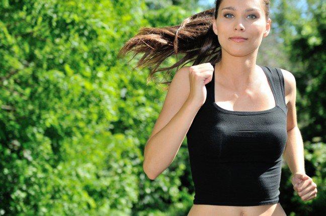 11. Bieganie i wegetarianizmBieganie to jedno z najlepszych ćwiczeń, które można wykonywać na łonie natury, a dieta wegetariańska to świetnysposób na zmniejszenie negatywnego wpływu na środowisko i zdrowie. Jednakże aby dobiec do mety, potrzebne sąnajlepsze proteiny roślinne, szczególnie że biegacze potrzebują więcej białka. Badania pokazują nawet, że biegaczespożywający odpowiednią ilość białka mają mniejsze ryzyko kontuzji, ponieważ mięśnie szybciej się goją.
