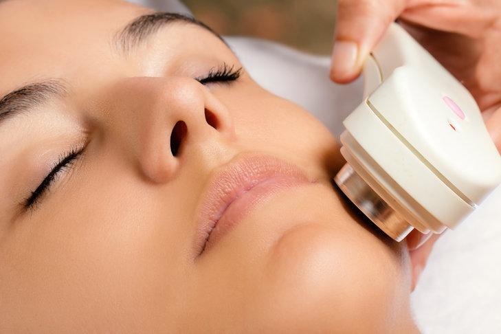 Szczoteczka do oczyszczania twarzy działa niemal tak samo skutecznie jak peeling kawitacyjny