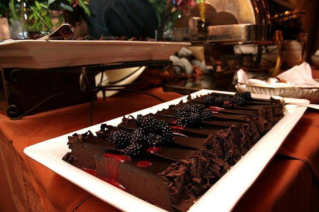 9. Dlaczego warto jeść czekoladę?Niewiele osób potrzebuje przekonujących argumentów, aby zjeść czekoladę. Smak i poprawa samopoczucia pospożyciu to wystarczający powód. Jeśli jednak nie jesz czekolady regularnie, możesz stracić zdumiewające zalety dlazdrowia. Oczywiście należy jeść czekoladę odpowiednią – batoniki znajdujące się przy kasie nie mają takiego efektu.Najlepsze rezultaty daje gorzka czekolada z zawartością kakao przynajmniej 70%. Oto powody, dla których wartojeść czekoladę.