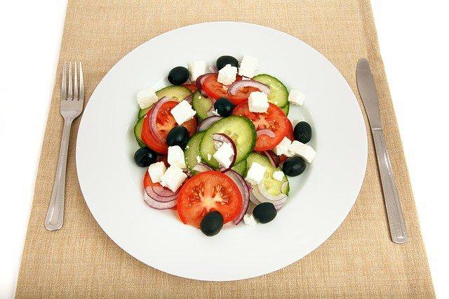 15. Nakarm swój mózg tym, czego potrzebujeMózg działa prawidłowo, jeśli dostarczane są mu właściwe, wartościowe składniki odżywcze. Nie omijaj posiłków, jedz regularnie, dostarczaj mu odpowiednią ilość białka i węglowodanów, aby miał siłę działać i podejmować właściwe decyzje.