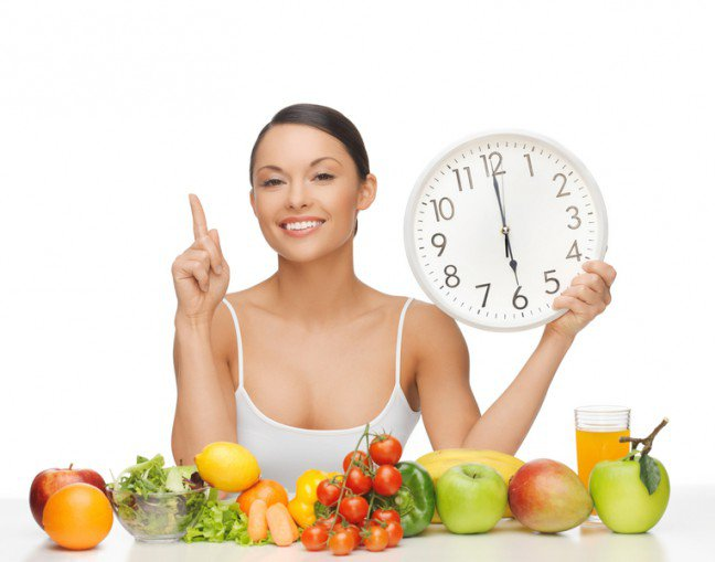 12. Mierz czas posiłku                                                     12. Mierz czas posiłku                                                                                                             Nastaw minutnik na 20 minut, aby jeść potrawy powoli. To jeden z podstawowych nawyków w drodze do szczuplejszejsylwetki bez skomplikowanego planu żywieniowego. Rozkoszuj się każdym kawałkiem jedzenia i skończ posiłek, jakzadzwoni alarm. Powolne posiłki to przyjemność czerpana z mniejszej porcji, która pozwala ciału uwolnić hormonysytości. Kiedy jesz w pośpiechu, żołądek nie ma czasu, aby wysłać do mózgu sygnały o uczuciu najedzenia, coprowadzi do spożywania zbyt dużych porcji.