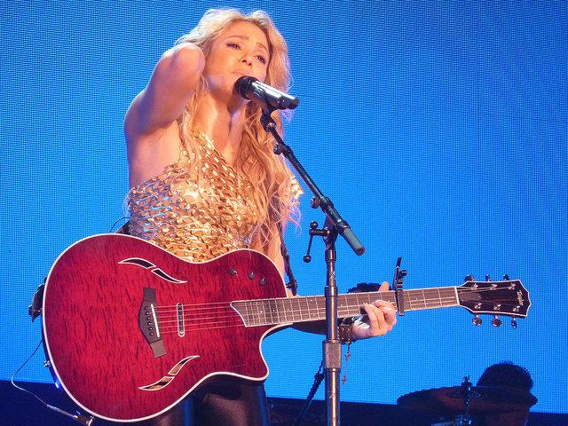 7. Kochaj swoje atuty                                                     7. Kochaj swoje atuty                                                                                                             Shakira wyznaje zasadę: pewność siebie jest seksowna. Nic dziwnego więc, że jest zwolenniczką bycia dumnym z tego, co się ma. Jej sekret? Nie skupia się ona na niedoskonałościach, tylko patrzy na ciało jako na całość.