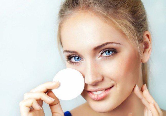 10. Niekorzystny makijaż oczu?Czy nie raz zdarzyło ci się patrzeć ze zdumieniem na makijaż oczu przypadkiem spotkanejna ulicy osoby? Kobietom stosunkowo często zdarzają się drobne wpadki w makijażu.Szczególnie dotyczy to makijaży oczu. Dowiedz się, czy przypadkiem i ty nie popełniaszdrobnych błędów w tej kwestii.