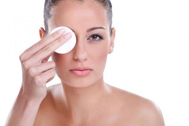 10. Makijaż wodoodporny trudny do zmyciaWodoodporny makijaż jest bardzo przydatny w sytuacji ekstremalnych warunkówpogodowych. Niemniej jednak, chyba każda kobieta doświadczyła tę gorycz towarzyszącąjego późniejszemu zmywaniu z powierzchni skóry oraz oczu. Istnieją proste sposoby na to,aby skutecznie i szybko wykonać demakijaż kosmetyków wodoodpornych.