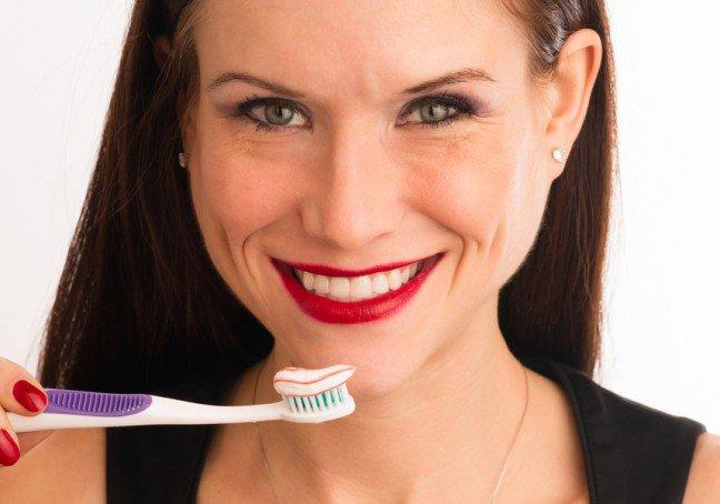9. Dbanie o zdrowie zębów to nie tylko zadanie na dzień – zęby i dziąsła potrzebują też odpowiedniej ochrony w nocyAby zapewnić odpowiednią higienę jamy ustnej, potrzebne jest wykonanie pewnych rutynowych czynności przedpójściem spać. Pozwoli to zapobiec rozwojowi próchnicy i choroby dziąseł podczas snu.