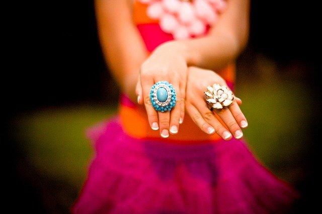 8. Paznokcie ozdobą dłoniW momencie kiedy spotykasz osobę z zadbanymi, pięknymi paznokciami okazuje się, że twoje krótkie obdartepaznokcie nie wyglądają najlepiej. Często dbamy o twarz a zapominamy o dłoniach i paznokciach, więc warto spojrzećna listę wskazówek, dzięki którym będziesz mieć piękne paznokcie.
