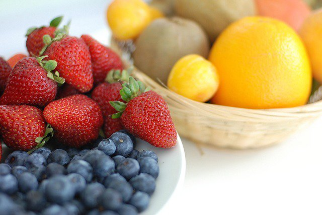6. Planowanie zdrowego odżywaniaZ analizy około 50 badań wynika, że zbyt częste myślenie o tym, co można zjeść, a czego nie, niekorzystnie wpływa na realizację celów żywieniowych. Im więcej się nad tym zastanawiamy, tym łatwiej jest nam znaleźć wymówki, dla których zasługujemy na małe odstępstwo od diety. Zdaniem badaczy, jeżeli zaplanujemy sobie wieczorny trening na siłowni, istnieje większe prawdopodobieństwo, że w ciągu dnia zjemy niezdrową przekąskę.