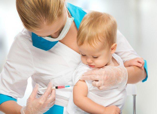 10. Ból podczas szczepieniaPrzed ukończeniem drugiego roku życia dzieci są szczepione około 20 razy, tak aby ochronić je przednajbardziej popularnymi chorobami. Szczepienia jednak nieuchronnie związane są z wkłuciem igły iwynikającym stąd bólem, który źle wpływa zarówno na matkę, jak i na dziecko. Są jednak sposoby nazłagodzenie tego bólu.