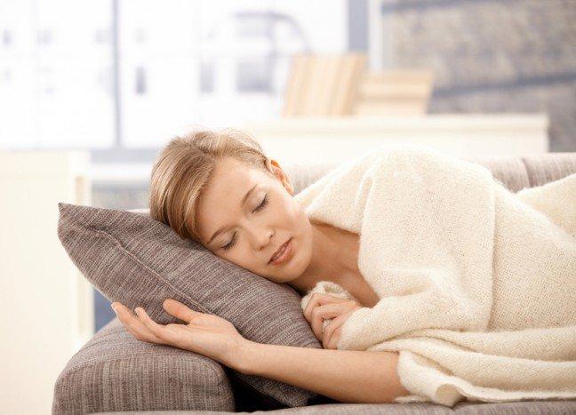 9. Kiedy udać się do lekarza?                                                     9. Kiedy udać się do lekarza?                                                                                                             Kiedy nie czujesz się najlepiej, położenie się w łóżku pod kocem może być bardziej kuszące niż wizyta u lekarza. Takametoda jest w porządku, jeśli masz do czynienia z przeziębieniem, ale nie będzie już tak skuteczna w przypadku poważniejszychschorzeń. Bardzo często zdarza się, że ludzie odkładają wizytę u lekarza, gdyż poważniejsze choroby rozpoczynają się z pozoruczymś niegroźnym. Jak odróżnić przeziębienie od choroby, która wymaga uwagi lekarza? Tych 6 znaków ostrzegawczychświadczy o tym, że to nie jest zwykłe przeziębienie.