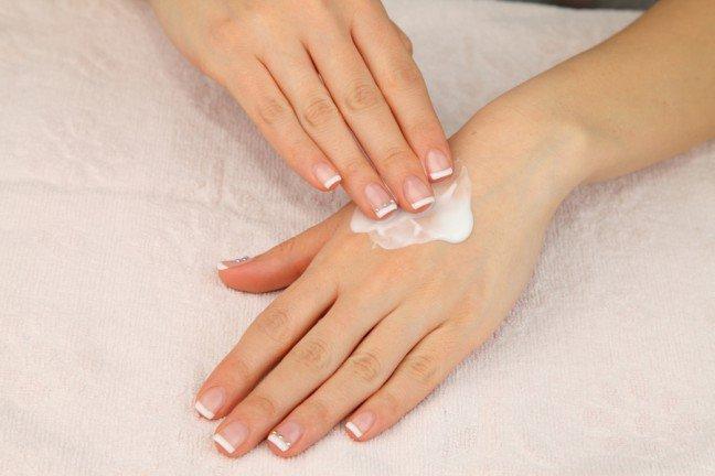 8. Istnieje wiele sposobów na suchą skórę dłoniUżywamy rąk tak często, że zawsze są narażone na szkodliwe działanie – zła pogoda, klimatyzacja i chemia wproduktach do czyszczenia wysuszają skórę. Ważne jest, aby zadbać odpowiednio o skórę rąk. Dowiedz się jak należyto robić prawidłowo.