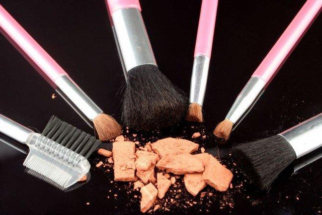 10. Zalety bronzerówBronzer to niezbędny kosmetyk na lato. Nadaje twarzy piękny, złocisty koloryt. Poza tym,produkt ten może posłużyć do modelowania rysów twarzy. Dowiedz się, w jaki sposób możnaaplikować na skórę puder brązujący.