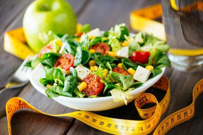 8. Dieta na piątkęJeśli na poważnie traktujesz odchudzanie, musisz poprawić metabolizm i jeść mniej kalorii niż spalasz. Osiągnięcietych dwóch celów związane jest z dietą i ćwiczeniami. Te dwa aspekty są niezwykle ważne, a jeśli chodzi o dietę, tonie jest ważne jedynie to co jesz, ale jak często jesz. Eksperci zalecają spożywanie 5 posiłków dziennie, a dzięki naszymwskazówkom dowiesz się jak to zrobić.