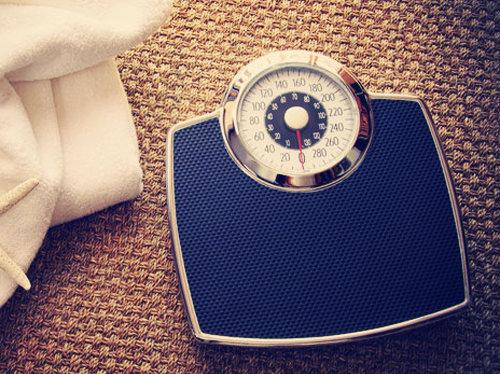 10. Redukcja wagi ciałaRozrastanie się komórek tłuszczowych w czasie tycia może zwiększyć widoczność cellulitu. Z kolei utrata kilku kilogramów może znacząco przyczynić się do zmniejszenia tego defektu skórnego. Z tego względu warto przestrzegać racjonalnej diety i regularnie ćwiczyć. Te dwa elementy to skuteczna broń przeciwko cellulitowi.