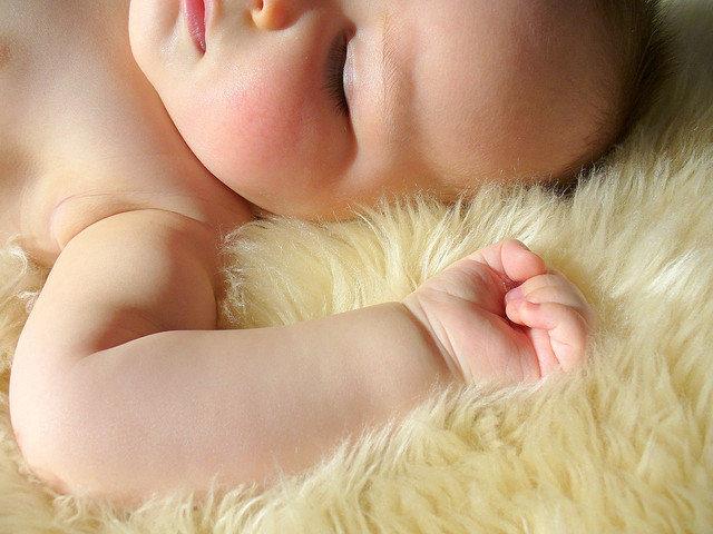 10. Czy nocne moczenie dziecka powinno budzić niepokój?                                                     10. Czy nocne moczenie dziecka powinno budzić niepokój?                                                                                                             Moczenie nocne jest często normalną częścią dorastania. Większość dzieci moczy się w nocy mniej więcej do 3 roku życia. Sporadycznie dolegliwości te mogą utrzymywać się zdecydowanie dłużej. Jeżeli jednak nie ustępują one u dziecka 6-letniego, konieczne jest podjęcie działania.