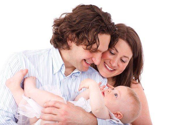 10. Cały czas spędzasz z dzieckiem                                                     10. Cały czas spędzasz z dzieckiem                                                                                                             Gratulacje, dziecko jest już w domu! Twoje życie zmienia się w cudowny i nieoczekiwany sposób. Rozkład dniadziecka, to teraz twój rozkład dnia. Noworodki śpią 18 godzin dziennie – ale z przerwami. Pomiędzy drzemkami jestoczywiście karmienie, zmienianie pieluch i dużo noszenia dziecka na rękach. Fakt: po pierwszych kilku szalonych tygodniach dzieci śpią już dłużej i o bardziej przewidywalnych porach.